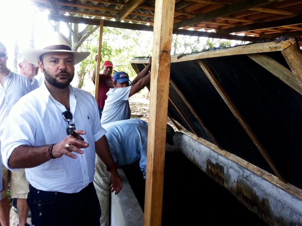 Ernesto Plasencia Junior zeigt den Naturdünger