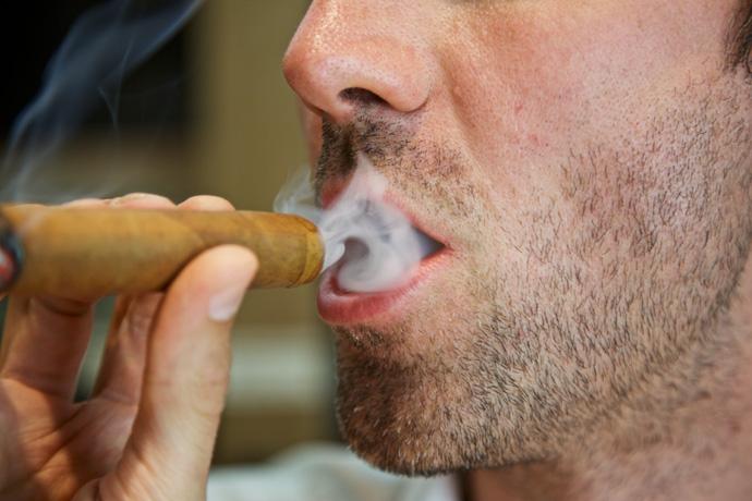 Eine Zigarren wird geraucht