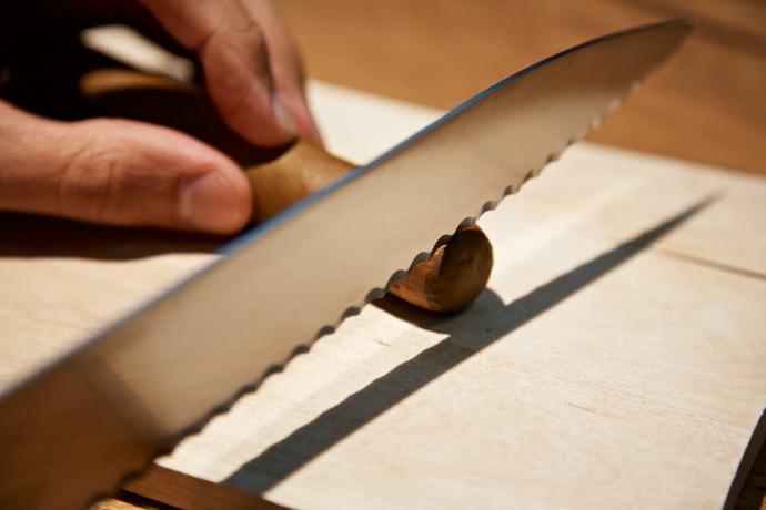 Eine Zigarre mit dem Messer cutten