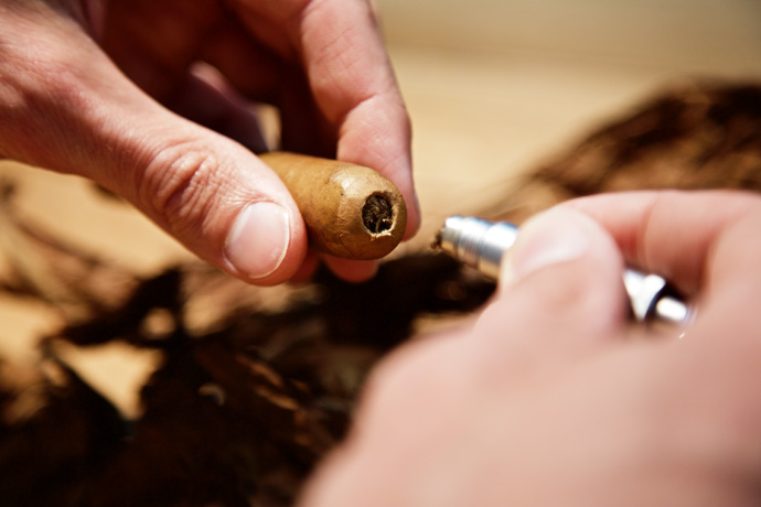 Anbohren einer Zigarre - StarkeZigarren.de