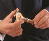 Zigarre anschneiden mit einem Cutter